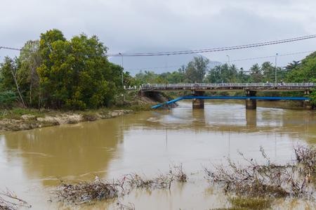 Hoher Wasserstand im Fluss nach dem Regen während der Regenzeit in Vietnam Standard-Bild - 93627037