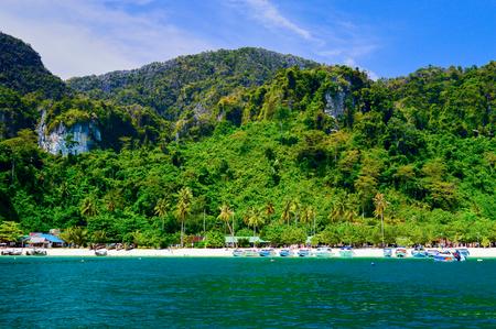 Bateaux de vitesse sur une plage tropicale dans la mer d'Andaman, Thaïlande. Vue depuis la mer
