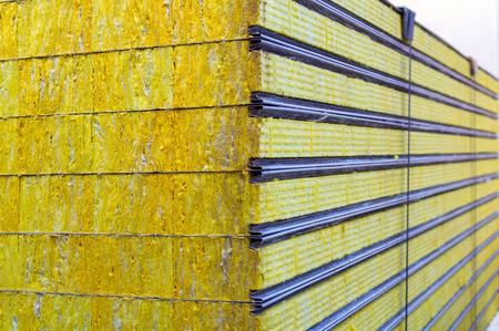 Pannello sandwich di imballaggio isolato sostenibile. Materiale in fibra per la costruzione di pareti.