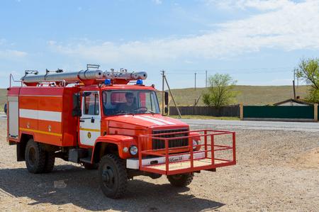 Pompier rouge pour éteindre les feux de steppe naturelle ou de forêt dans la réserve nationale. Le concept: des équipements spéciaux anti-incendie en pleine disponibilité Éditoriale