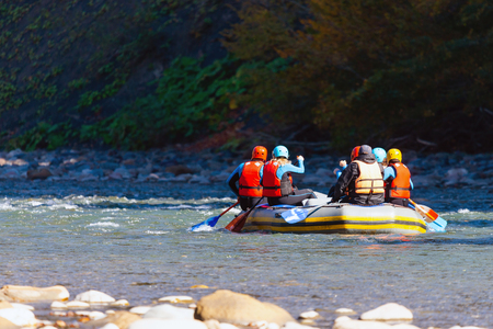 Group of young people make a rafting on mountain river. Foto de archivo - 115024330