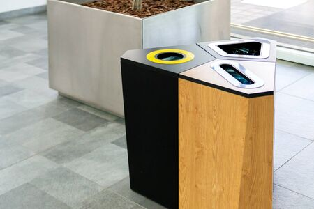Selective trash cans made of black metal. Banque d'images