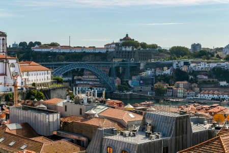 Aerial view of buildings with red tile roofs in the Porto city center, Portugal, October 06, 2018 新聞圖片