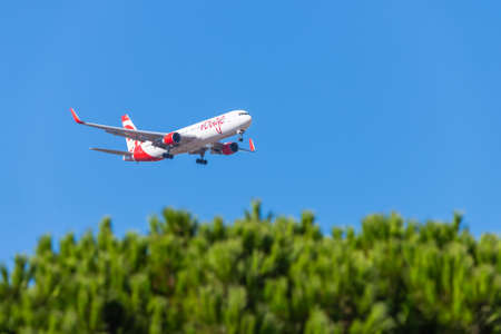 Portugal, Lisbon, October 09, 2018: Boeing 767-300 Air Canada rouge in the sky above the city. 新聞圖片