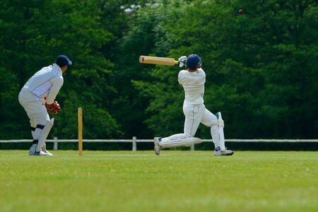 cricket: Un batsman di Grillo giocare un tiro di tiro
