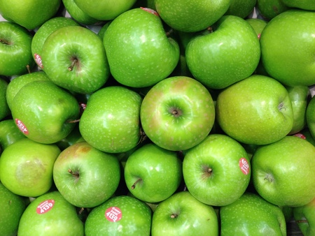 granny smith: Granny smith apples on sale at the local supermarket