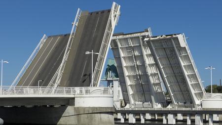 ダブル葉跳開橋ダブル - 守衛詰め所と橋 写真素材 - 52527784