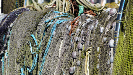 木製ラックに乾燥のトラップ ネットと魚釣り。 写真素材 - 53172523