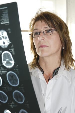 hemorragia: m�dico con rayos X. Foto de archivo