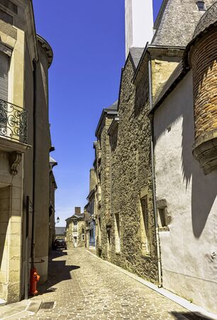 Street of Vitre Old Town with vintage architecture in Vitre (Vitré), Brittany, France Imagens