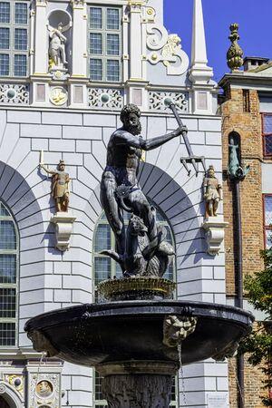 Neptunusfontein voor de ingang van het Artushof - Lange Markt, Gdansk, Tricity, Pommeren, Polen Stockfoto