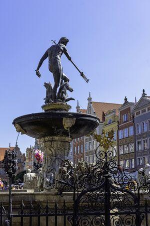 Neptunusfontein voor vintage architectuur van de oude stad - Lange markt, Gdansk, Tricity, Pommeren, Polen