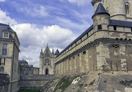 Chateau de Vincennes - massive 14th and 17th century French royal fortress in the town of Vincennes, Val-de-Marne, France 版權商用圖片 - 132419923