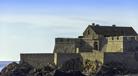 Fort de la Conchee - fortification on the rocky island of Quince, Brittany, France 新聞圖片