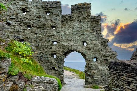 Sunrise over Tintagel Castle - Tintagel, Cornwall, United Kingdom 免版税图像