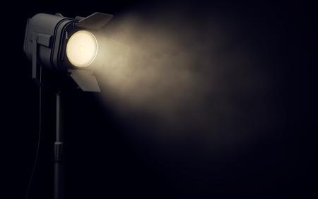 Proyector de la etapa caliente brilla en fondo oscuro Foto de archivo - 68776842