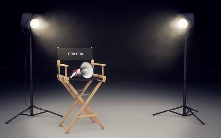 stoel van de regisseur met een megafoon en schijnwerpers lichtend Stockfoto