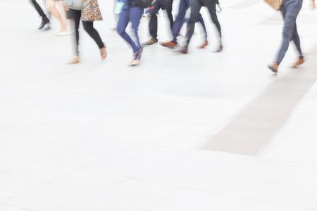 persona caminando: desenfoque de movimiento multitud caminar