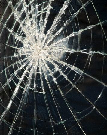 ventana rota: Craqueado ventana rota de vidrio viejo cami�n