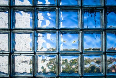 transparant glazen wand. gemaakt door betegelde glazen blokken.