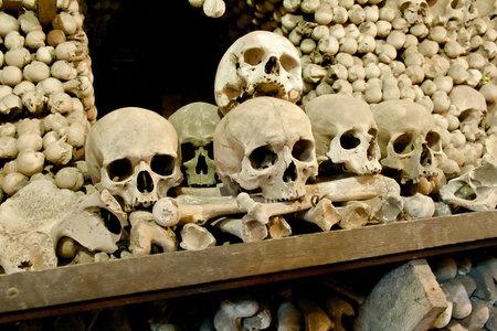 huesos: Cr�neos y huesos en la capilla de los huesos en Kutna Hora, Rep�blica Checa Foto de archivo