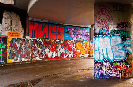 Interesting perspective graffiti on vandalised building  新聞圖片