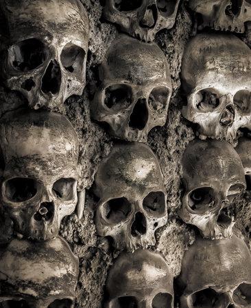 Muur vol met schedels en botten in het been kapel in Evora, Portugalhe bot kapel in Evora, Portugal Stockfoto