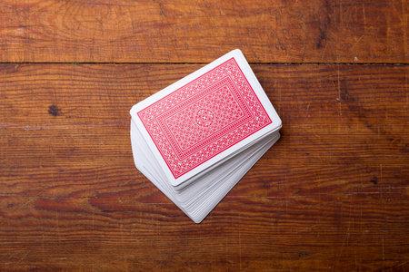 dek van kaarten op een houten tafel Stockfoto