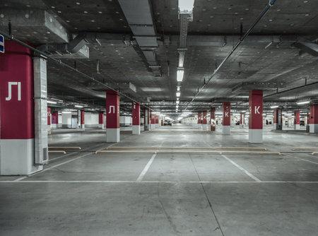 Lege parkeerplaats muur. Stedelijke, industriële achtergrond.
