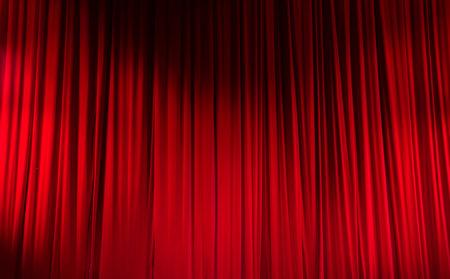 劇場での光スポットと赤い閉じたカーテン。 写真素材