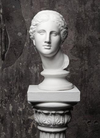 Witte marmeren hoofd van een jonge vrouw. Stockfoto