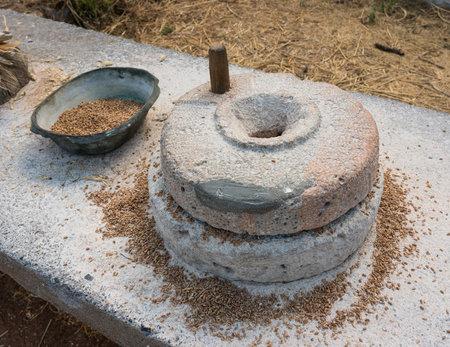 Ancient mano grano moler piedras de molino Foto de archivo - 43237899