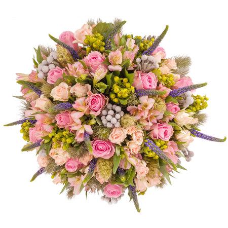 Boeket bloemen bovenaanzicht geïsoleerd op wit.