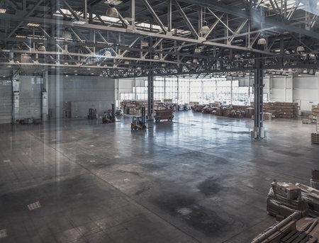 ガラスの壁と空の倉庫の内部
