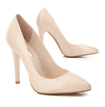 Beige schoenen met hoge hakken geïsoleerd op wit.