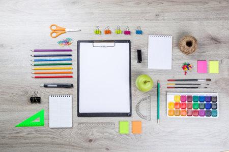 연필, 페인트 펜 종이 위 및 통치자와 학교 용품.