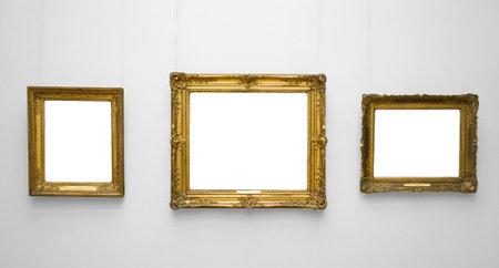 흰 벽에 세 골드 빈 프레임입니다.