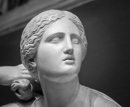 Blanca cabeza de mármol de una mujer joven. Foto de archivo