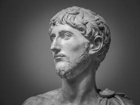 El retrato de mármol antiguo.