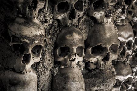 頭蓋骨とポルトガル、エヴォラの骨チャペルで骨の壁