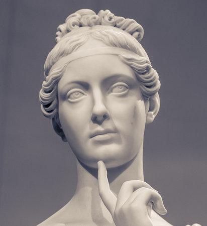 若い女性の白い大理石の頭。
