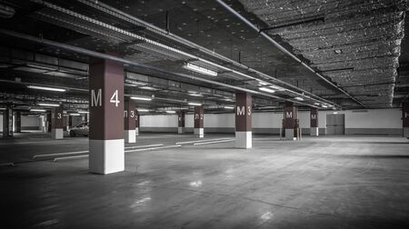 Parkeergarage, ondergronds interieur met enkele geparkeerde auto's