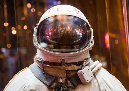 MOSKOU, RUSLAND - MEI 31, 2016: Russisch astronautenruimtepak in het ruimtemuseum van Moskou.