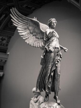 勝利の翼を持つ女性のローマの古典的な像。