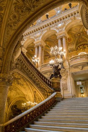 Parijs, Frankrijk, 31 maart 2017: Binnenaanzicht van de Opera National de Paris Garnier, Frankrijk. Het werd gebouwd van 1861 tot 1875 voor het Parijse operahuis