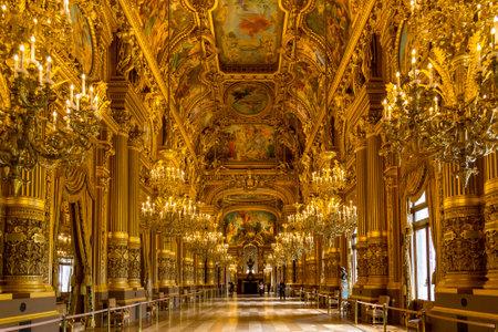 파리, 프랑스, 3 월 31 일 2017 : 인테리어보기의 오페라 내셔널 드 파리 가르니에, 프랑스. 파리 오페라 극장을 위해 1861 ~ 1875 년에 건축되었습니다.