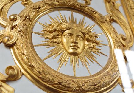 人間の顔を描いたヴェルサイユの華やかなゴールデンの詳細ビュー。