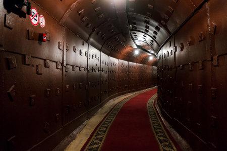 모스크바, 러시아 - 2017 년 10 월 25 일 : 소련의 전략적 핵 힘의 지휘소로 1956 년에 지어진 반 - 핵 지하 시설 벙커 - 42에서 터널 에디토리얼