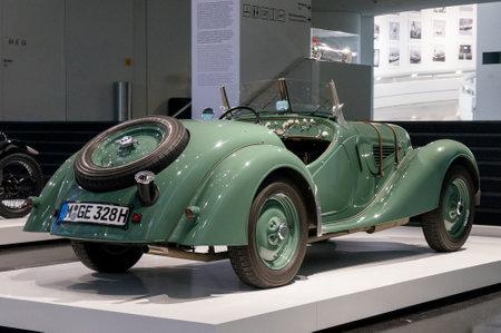 München, Deutschland - 10. März 2016: Roadster-Anzeige in BMW-Museum Standard-Bild - 90352712