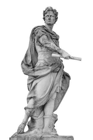 Roman keizer Julius Caesar-standbeeld dat over witte achtergrond wordt geïsoleerd